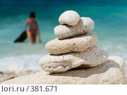 Купить «Камни, сложенные пирамидкой на пляже», фото № 381671, снято 17 августа 2018 г. (c) Сергей Старуш / Фотобанк Лори