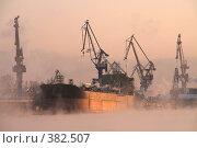 Купить «Погрузка», фото № 382507, снято 20 февраля 2020 г. (c) Георгий Солодко / Фотобанк Лори