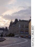 Купить «Здание ГУМ (Верхние торговые ряды) в вечерних сумерках. Вид с Варварки», фото № 382887, снято 3 июля 2020 г. (c) Эдуард Межерицкий / Фотобанк Лори