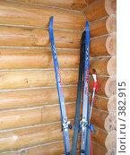 Купить «Лыжи прислоненные к бревенчатой стене», фото № 382915, снято 20 января 2008 г. (c) Ирина Андреева / Фотобанк Лори