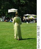 Купить «Дама под зонтом», фото № 389187, снято 8 августа 2004 г. (c) Вячеслав Смоленский / Фотобанк Лори