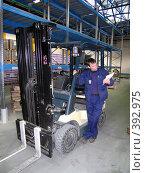 Купить «Рабочий на торговом складе», фото № 392975, снято 2 марта 2005 г. (c) Андрей Армягов / Фотобанк Лори