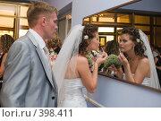 Купить «Свадьба. Молодожёны перед зеркалом», фото № 398411, снято 8 августа 2008 г. (c) Федор Королевский / Фотобанк Лори