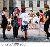 Купить «Встреча подростков-эмо на оживленной улице», фото № 399955, снято 11 августа 2008 г. (c) Мирослава Безман / Фотобанк Лори
