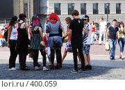 Купить «Группа подростков-эмо на оживленной улице», фото № 400059, снято 11 августа 2008 г. (c) Мирослава Безман / Фотобанк Лори