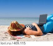 Купить «Спящая девушка с ноутбуком на пляже», фото № 409115, снято 30 июля 2008 г. (c) Максим Горпенюк / Фотобанк Лори