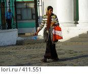 Купить «Цыганка-попрошайка около Богоявленского Кафедрального Собора (Елоховская церковь)», эксклюзивное фото № 411551, снято 15 августа 2008 г. (c) lana1501 / Фотобанк Лори