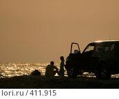 Купить «Романтичная поездка. Молодая девушка и ее товарищ на фоне заката», фото № 411915, снято 1 июля 2007 г. (c) A Челмодеев / Фотобанк Лори