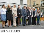 Купить «Старшеклассники на площадке у школы», фото № 412191, снято 1 сентября 2007 г. (c) Михаил Мозжухин / Фотобанк Лори