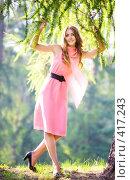 Молодая счастливая женщина в розовом платье. Стоковое фото, фотограф chaoss / Фотобанк Лори