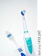 Электрическая и обычная зубные щетки. Стоковое фото, фотограф Ольга Обрывалина / Фотобанк Лори