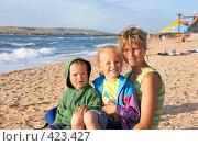Купить «Семья на пляже», фото № 423427, снято 11 июля 2008 г. (c) Юрий Брыкайло / Фотобанк Лори