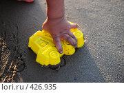 Купить «Детская рука, делающая песочный грузовик», фото № 426935, снято 24 августа 2008 г. (c) Артём Анисимов / Фотобанк Лори