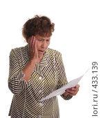 Купить «Бабушка с ужасом смотрит на бумагу в руке», фото № 433139, снято 29 августа 2007 г. (c) Гладских Татьяна / Фотобанк Лори