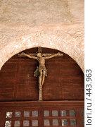 Купить «Деревянное распятие Христа над входом в баптистерий Ефразиевой базилики», фото № 443963, снято 20 августа 2008 г. (c) Лифанцева Елена / Фотобанк Лори