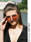 Купить «Девушка в солнечных очках», фото № 449047, снято 12 августа 2008 г. (c) Efanov Aleksey / Фотобанк Лори