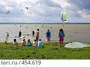 Купить «Кайт на Плещеевом озере. Зрители», фото № 454619, снято 23 августа 2008 г. (c) Юрий Синицын / Фотобанк Лори