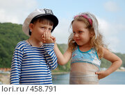 Купить «Мальчик целует руку девочки», фото № 458791, снято 9 августа 2008 г. (c) Ирина Апарина / Фотобанк Лори