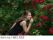 Девушка нюхает розу. Стоковое фото, фотограф Дарья Киселева / Фотобанк Лори