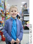 Купить «Мальчик в магазине», фото № 467607, снято 13 ноября 2018 г. (c) Losevsky Pavel / Фотобанк Лори