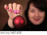 Купить «Девушка держит елочную игрушку», фото № 467635, снято 20 ноября 2018 г. (c) Losevsky Pavel / Фотобанк Лори