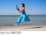 Купить «Женщина бежит и смотрит  в ноутбук», фото № 486935, снято 30 июля 2008 г. (c) Максим Горпенюк / Фотобанк Лори