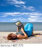 Купить «Девушка с ноутбуком на берегу моря», фото № 487771, снято 30 июля 2008 г. (c) Максим Горпенюк / Фотобанк Лори