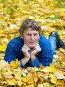Мужчина лежит в осенней листве, фото № 497747, снято 5 октября 2008 г. (c) Сергей Лаврентьев / Фотобанк Лори