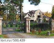 Купить «Частный дом в сосновом лесу», фото № 500439, снято 5 октября 2008 г. (c) Юлия Подгорная / Фотобанк Лори