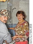 Купить «Хозяйка и сантехник», фото № 505859, снято 12 октября 2008 г. (c) Ларина Татьяна / Фотобанк Лори
