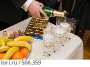 Купить «Фуршет. Мужчина разливает шампанское тесной компании.», фото № 506359, снято 11 октября 2008 г. (c) Федор Королевский / Фотобанк Лори
