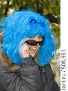 Купить «Озорная девушка в синем парике», фото № 508951, снято 11 октября 2008 г. (c) Влад Нордвинг / Фотобанк Лори