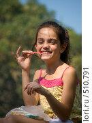 Купить «Девочка с конфетой», фото № 510791, снято 6 сентября 2008 г. (c) Игорь Р / Фотобанк Лори
