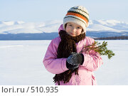 Купить «Девочка с елочной веткой на фоне синих зимних гор», фото № 510935, снято 22 марта 2008 г. (c) Ольга Красавина / Фотобанк Лори