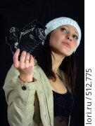 Молодая девушка со старым фотоаппаратом. Стоковое фото, фотограф Александр Тимофеев / Фотобанк Лори
