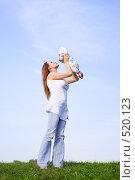 Купить «Женщина с маленьким ребенком», фото № 520123, снято 5 сентября 2006 г. (c) Андрей Щекалев (AndreyPS) / Фотобанк Лори