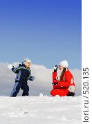 Купить «Мальчик, играющий с мамой в снежки», фото № 520135, снято 18 марта 2007 г. (c) Андрей Щекалев (AndreyPS) / Фотобанк Лори