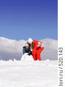 Купить «Мама и сын лепят снеговика», фото № 520143, снято 18 марта 2007 г. (c) Андрей Щекалев (AndreyPS) / Фотобанк Лори