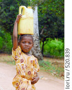 Девочка,идущая за водой (2008 год). Редакционное фото, фотограф Марина Коробанова / Фотобанк Лори