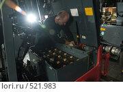 Купить «В сервисном центре по ремонту погрузчиков», фото № 521983, снято 8 сентября 2008 г. (c) Владимир Воякин / Фотобанк Лори