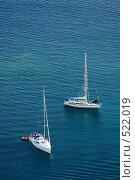 Две белые яхты на синем море. Стоковое фото, фотограф Дмитрий Яковлев / Фотобанк Лори