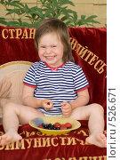 Купить «Ребенок на даче ест ягоды», фото № 526671, снято 12 июля 2008 г. (c) Кирилл Савельев / Фотобанк Лори