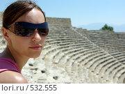 Девушка на фоне амфитеатра (2008 год). Стоковое фото, фотограф Александр Тимофеев / Фотобанк Лори