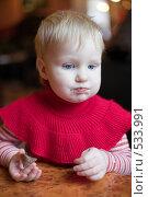 Купить «Маленькая девочка с шоколадкой», фото № 533991, снято 6 декабря 2007 г. (c) Михаил Ворожцов / Фотобанк Лори