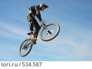 Купить «Полет велосипедиста на фоне неба», фото № 534587, снято 10 июня 2007 г. (c) Сергей Юрченко / Фотобанк Лори