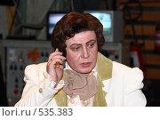 Купить «Артист в костюме Ленского говорит по сотовому телефону», фото № 535383, снято 17 августа 2018 г. (c) Сергей Лебедев / Фотобанк Лори