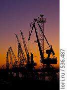 Силуэт нескольких подъемных кранов в порту, фото во время заката. Стоковое фото, фотограф Баевский Дмитрий / Фотобанк Лори