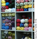 Купить «Продажа пряжи для ручного вязания», фото № 539115, снято 2 ноября 2008 г. (c) Назаренко Ольга / Фотобанк Лори