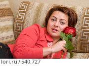 Купить «Молодая женщина лежит на диване и держит в руках розу», фото № 540727, снято 3 ноября 2008 г. (c) Александр Лядов / Фотобанк Лори