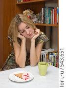 Купить «Девушка, выбирающая между горячим чаем и холодным мороженым», фото № 543651, снято 4 ноября 2008 г. (c) Артем Ефимов / Фотобанк Лори